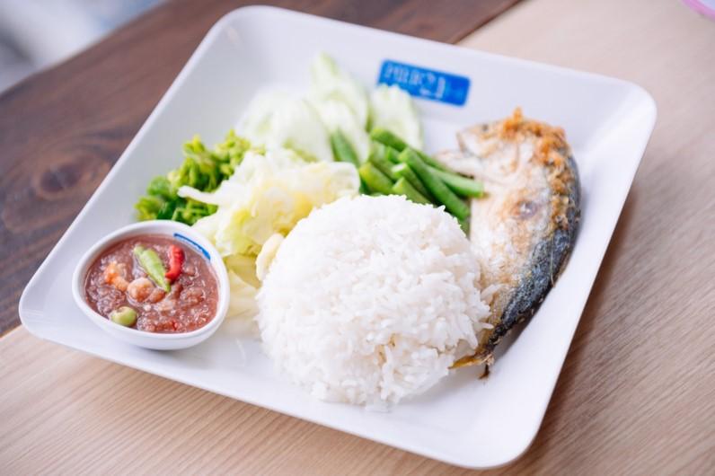 3 ข้าวน้ำพริกปลาทูพร้อมปลาทูและผักแกล้ม